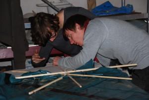 Drachensportler beim Konstruieren