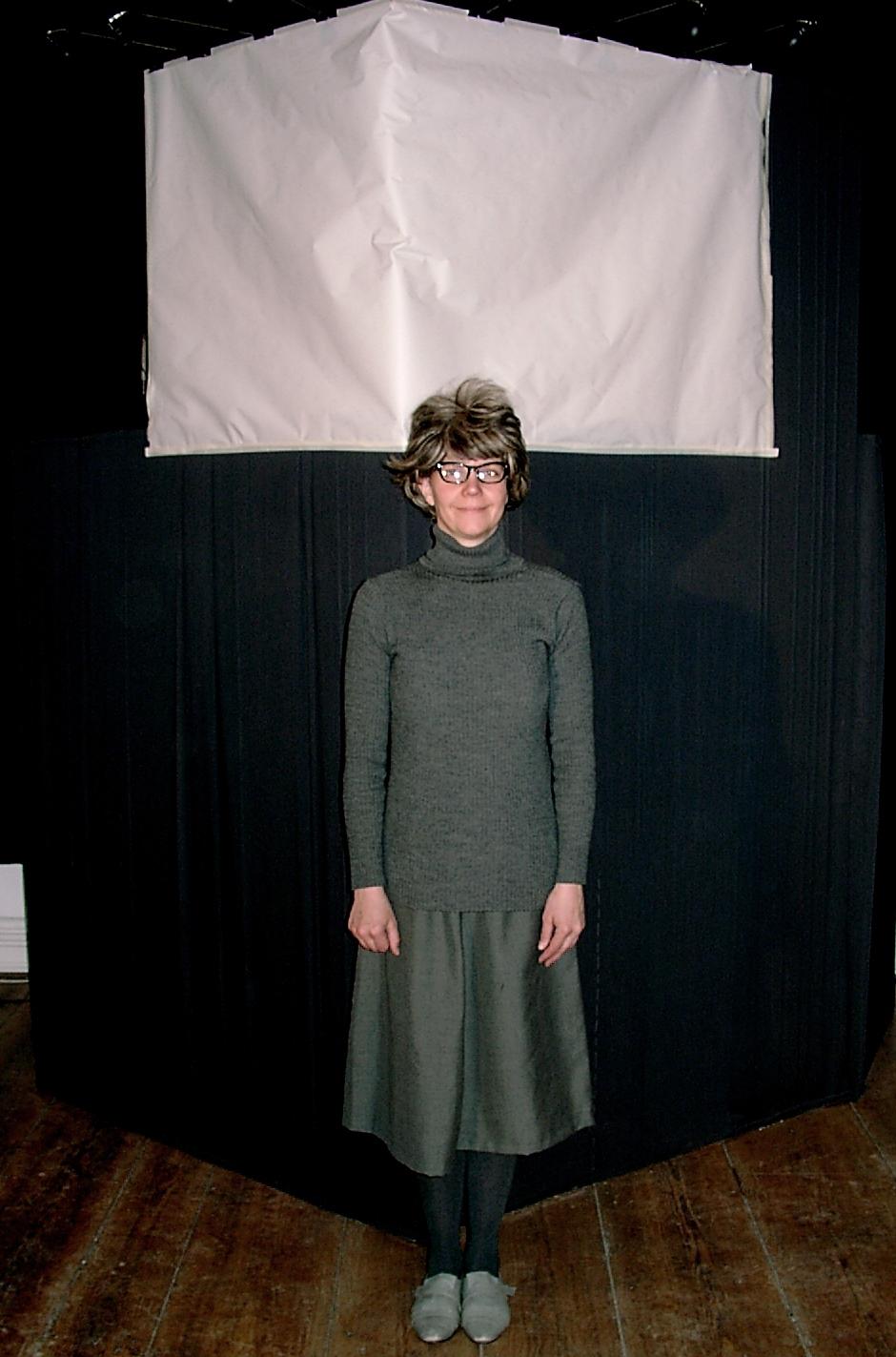 Ute Kotte als Edelgard Greulich vor der Bühne